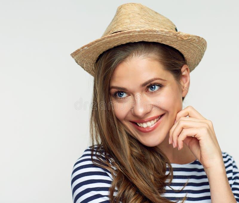 Ciérrese encima del retrato de la cara de la mujer sonriente que lleva el sombrero mexicano foto de archivo libre de regalías