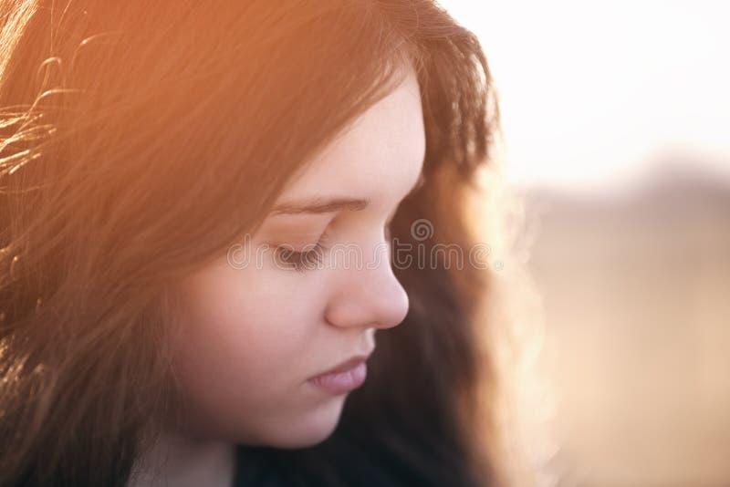 Ciérrese encima del retrato de la chica joven triste fotografía de archivo