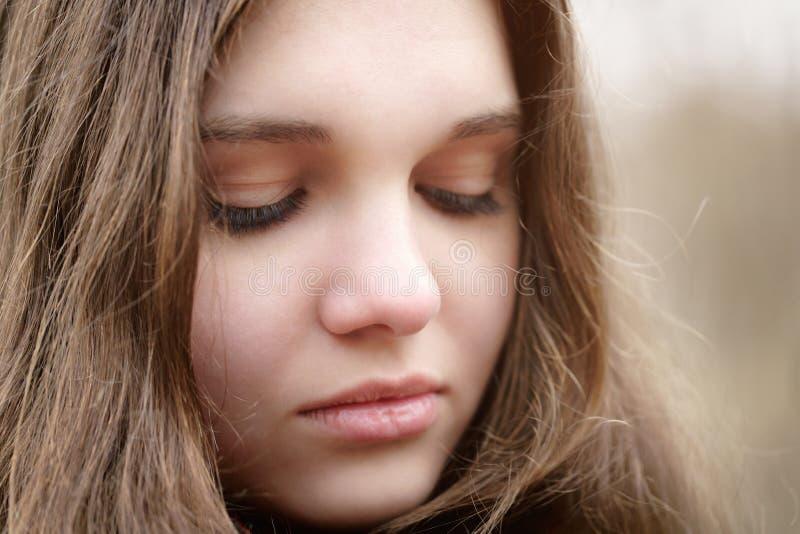 Ciérrese encima del retrato de la chica joven triste imagen de archivo