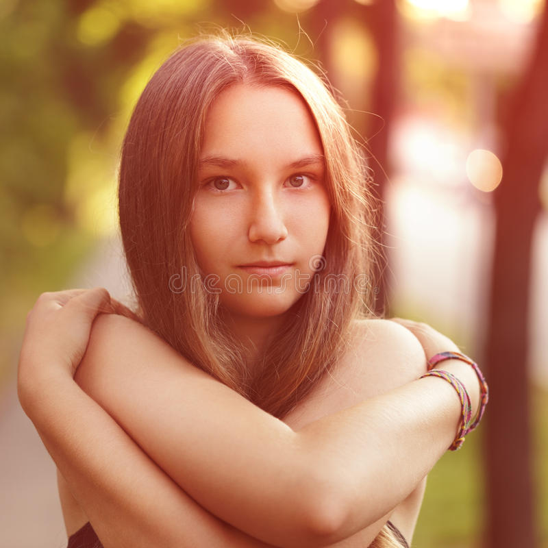 Ciérrese encima del retrato de la muchacha adolescente con desnudo foto de archivo libre de regalías