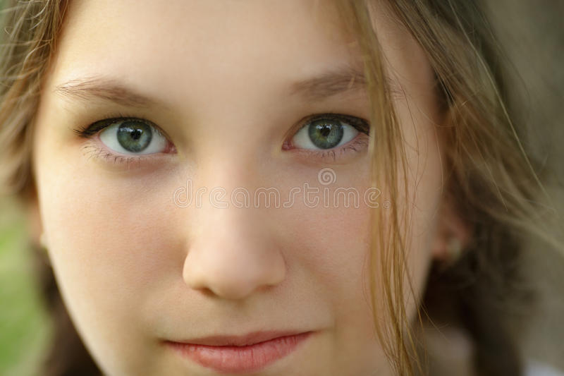 Ciérrese encima del retrato de la muchacha adolescente feliz fotografía de archivo