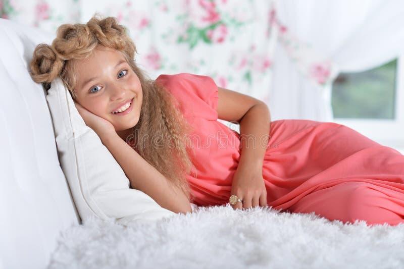 Ciérrese encima del retrato de la muchacha adorable en vestido rosado hermoso fotografía de archivo