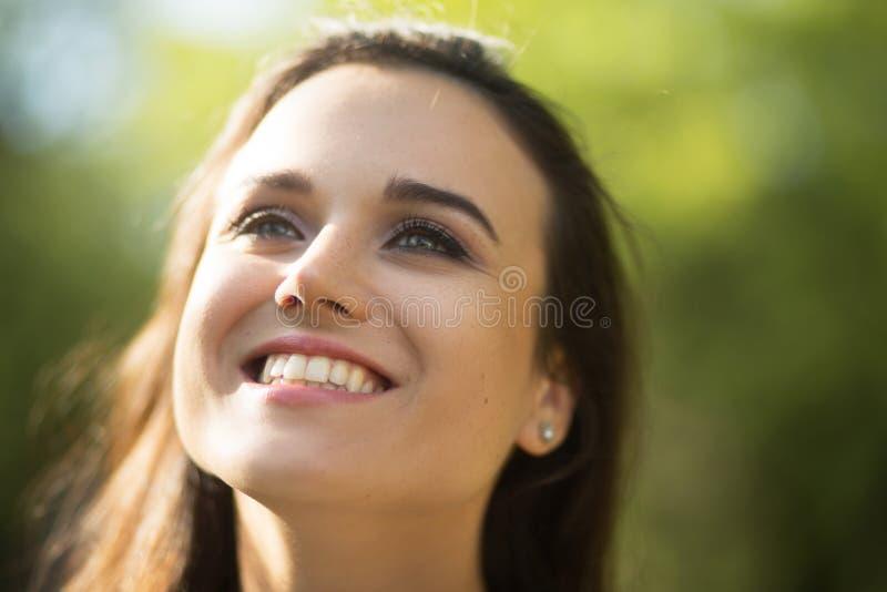 Ciérrese encima del retrato de la muchacha hermosa imágenes de archivo libres de regalías