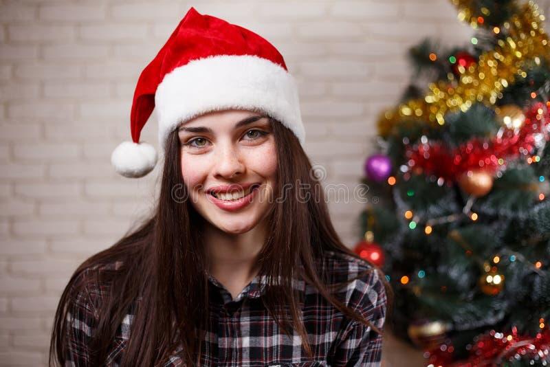 Ciérrese encima del retrato de la mujer alegre sonriente hermosa joven en S imagen de archivo