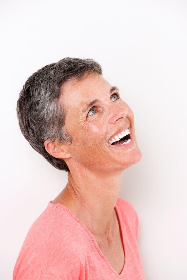 Ciérrese encima del retrato de la mujer atractiva de la Edad Media que ríe y que mira para arriba foto de archivo libre de regalías