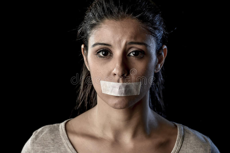 Ciérrese encima del retrato de la mujer atractiva joven con la boca y de los labios sellados en la cinta adhesiva refrenada fotografía de archivo libre de regalías