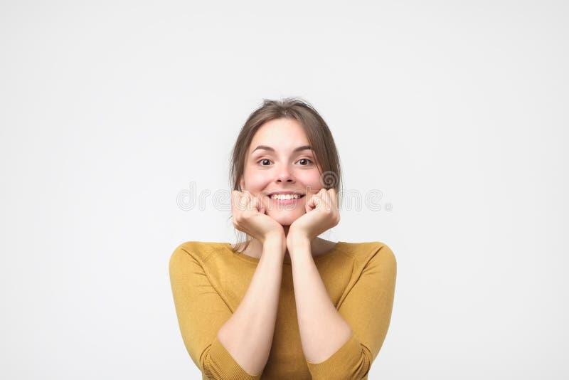 Ciérrese encima del retrato de la mujer caucásica feliz joven en el fondo blanco foto de archivo