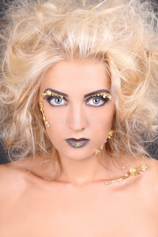 Ciérrese encima del retrato de la mujer con el pelo lanudo del blondie fotografía de archivo libre de regalías