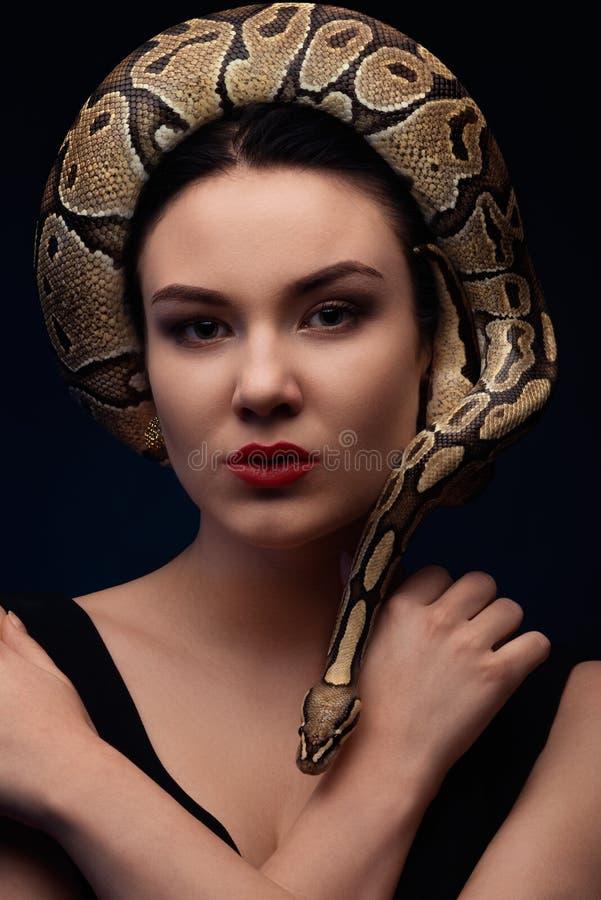Ciérrese encima del retrato de la mujer con la serpiente alrededor de su cabeza imagenes de archivo