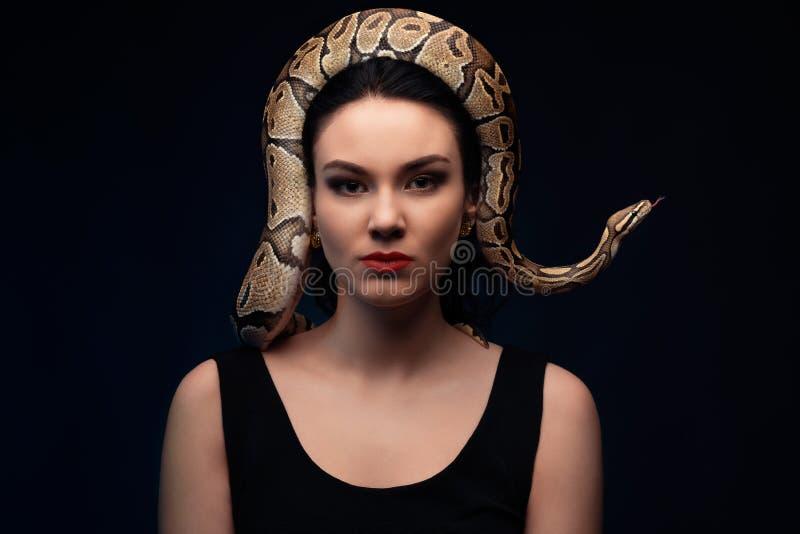 Ciérrese encima del retrato de la mujer con la serpiente en la cabeza fotografía de archivo