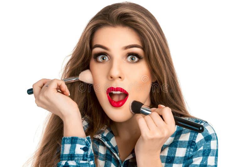 Ciérrese encima del retrato de la mujer del artista de maquillaje de la diversión en estudio con brus fotografía de archivo