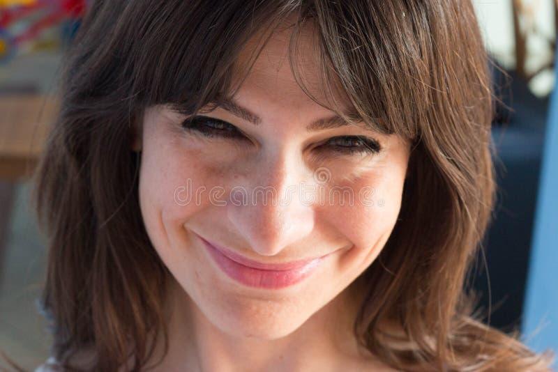 Ciérrese encima del retrato de la mujer joven caucásica con el pelo y los vagos largos fotos de archivo