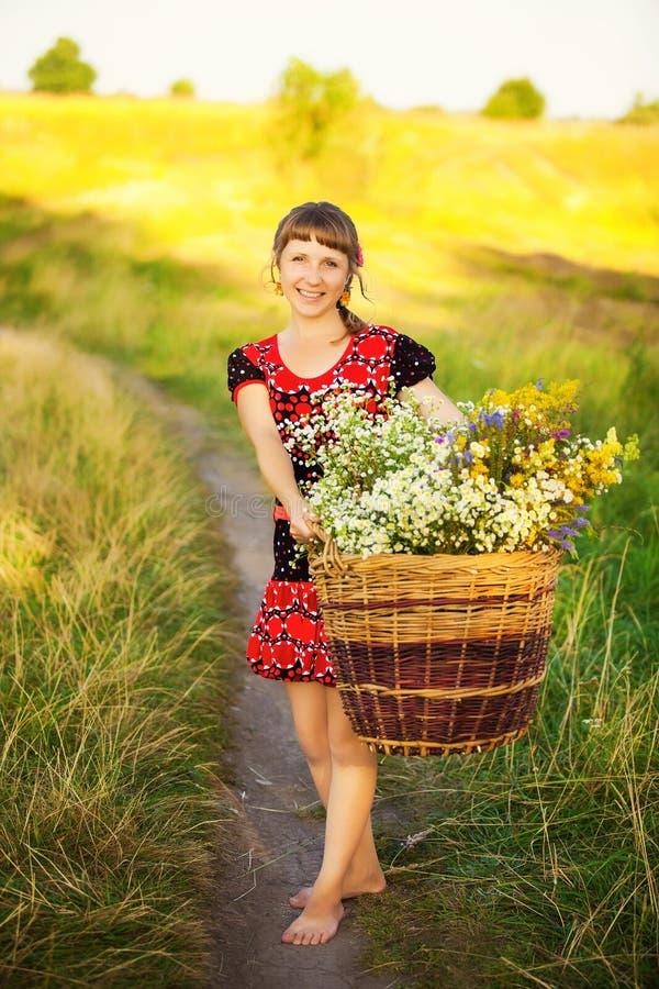 Ciérrese encima del retrato de la mujer joven feliz con con la cesta llena de fotografía de archivo libre de regalías
