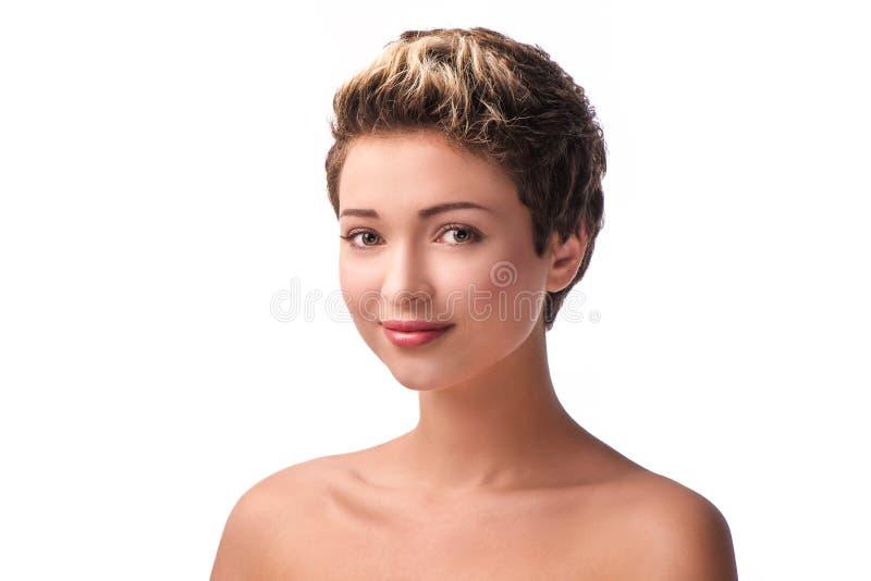 Ciérrese encima del retrato de la mujer joven sonriente hermosa imagen de archivo