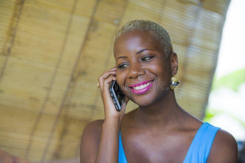 Ciérrese encima del retrato de la mujer de negocios afroamericana negra hermosa y feliz joven en hablar de moda y elegante del pe fotografía de archivo libre de regalías