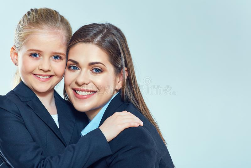 Ciérrese encima del retrato de la mujer de negocios con la niña imagen de archivo