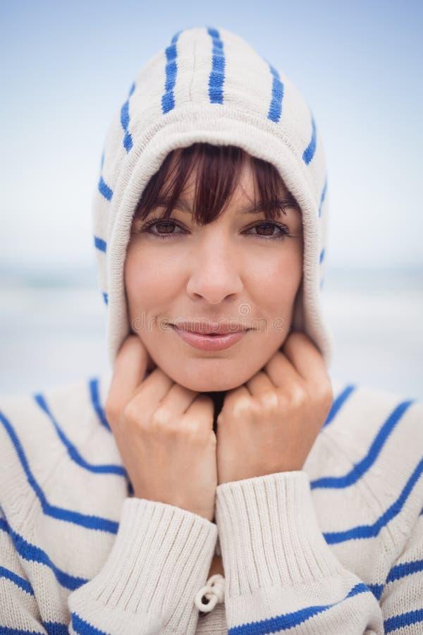 Ciérrese encima del retrato de la mujer que lleva el suéter encapuchado durante invierno foto de archivo libre de regalías