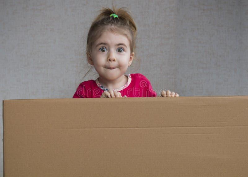 Ciérrese encima del retrato de la niña emocional que lleva a cabo al tablero en blanco imagen de archivo libre de regalías