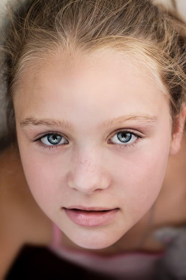 Ciérrese encima del retrato de la niña hermosa foto de archivo