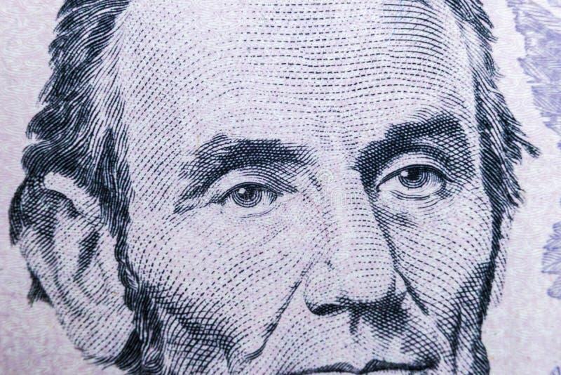 Ciérrese encima del retrato de la visión de Abraham Lincoln en el un billete de dólar cinco Fondo del dinero billete de dólar 5 c imagenes de archivo
