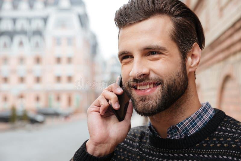 Ciérrese encima del retrato de un hombre atractivo sonriente fotos de archivo