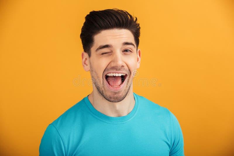 Ciérrese encima del retrato de un hombre joven sonriente en camiseta fotos de archivo libres de regalías