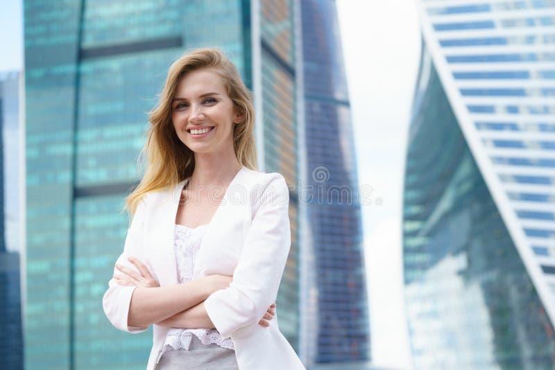 Ciérrese encima del retrato de una mujer de negocios al aire libre fotografía de archivo libre de regalías