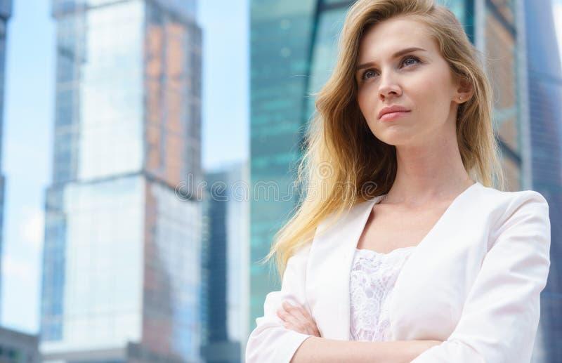 Ciérrese encima del retrato de una mujer de negocios al aire libre imágenes de archivo libres de regalías