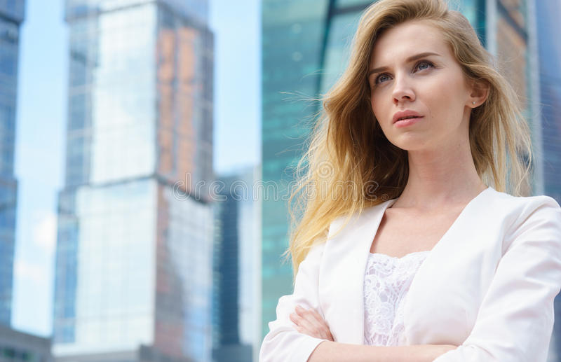 Ciérrese encima del retrato de una mujer de negocios al aire libre imagen de archivo libre de regalías