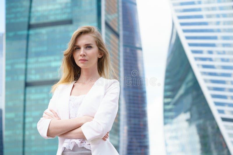 Ciérrese encima del retrato de una mujer de negocios al aire libre imagenes de archivo