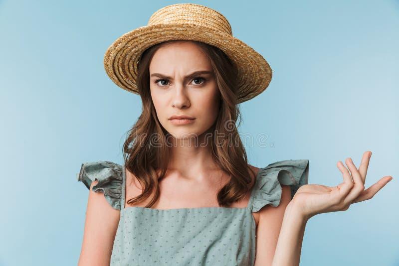 Ciérrese encima del retrato de una mujer enojada en vestido imagen de archivo