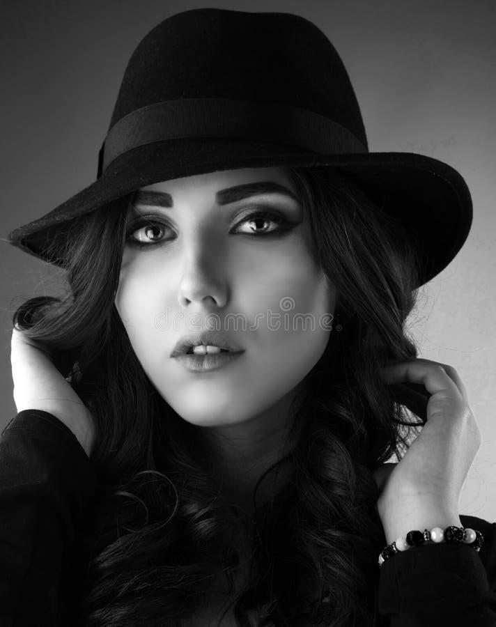 Ciérrese encima del retrato de una mujer joven hermosa del pelirrojo fotos de archivo