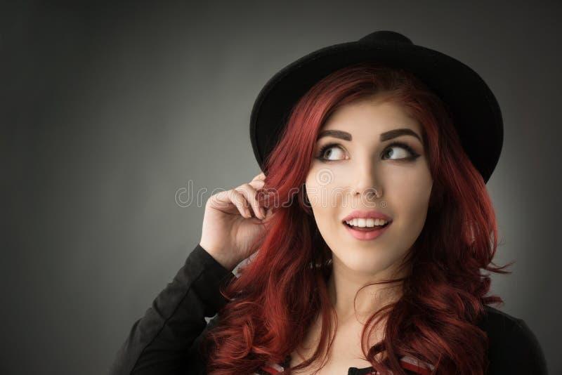 Ciérrese encima del retrato de una mujer joven hermosa del pelirrojo imagen de archivo
