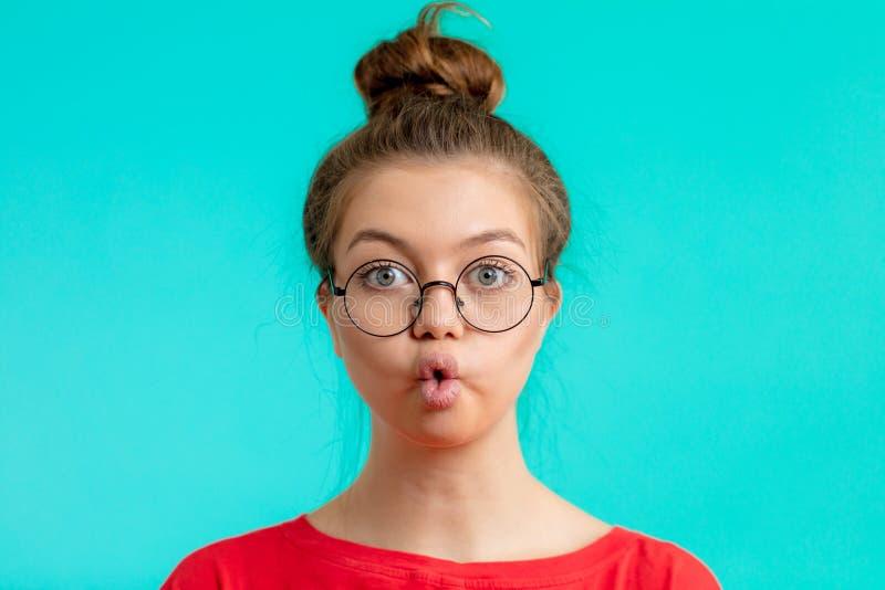 Ciérrese encima del retrato de una mujer loca con completamente los labios divertidos que se divierten imagen de archivo libre de regalías