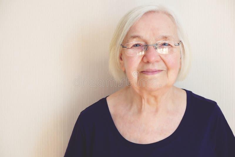 Ciérrese encima del retrato de una mujer mayor en lentes imagenes de archivo