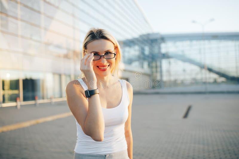 Ciérrese encima del retrato de una mujer de negocios profesional en los vidrios al aire libre fotos de archivo libres de regalías