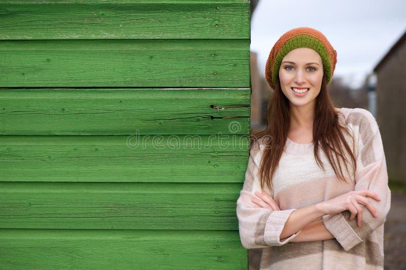 Ciérrese encima del retrato de una mujer sonriente hermosa foto de archivo libre de regalías