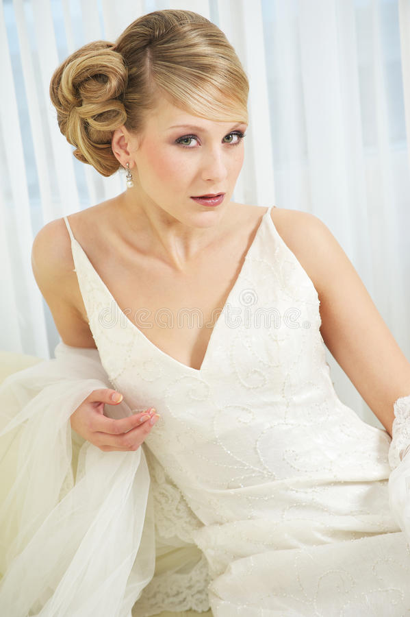 Ciérrese encima del retrato de una novia hermosa en la alineada blanca imagenes de archivo