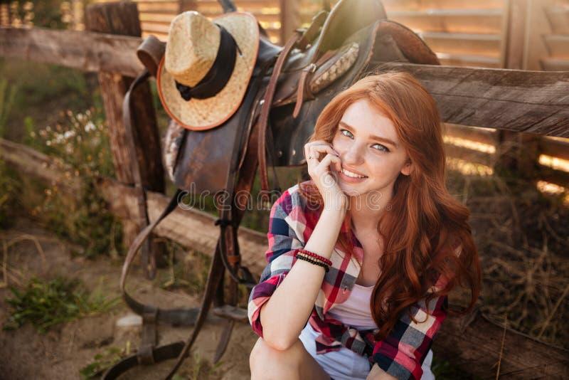 Ciérrese encima del retrato de una reclinación hermosa feliz de la vaquera del pelirrojo fotos de archivo