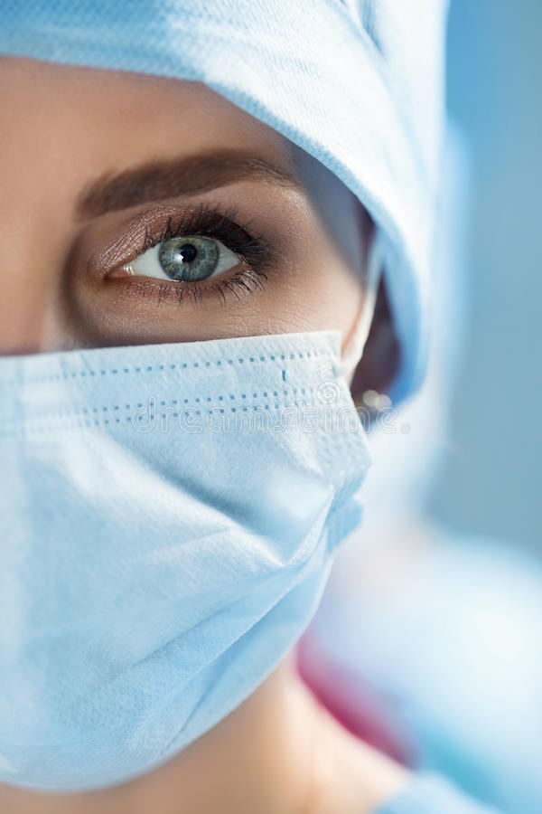 Ciérrese encima del retrato del doctor del cirujano que lleva la máscara protectora imagen de archivo