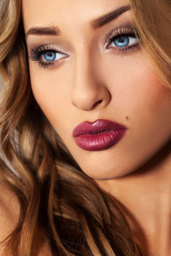 Ciérrese encima del retrato del estudio de la muchacha rubia de la belleza con los ojos azules foto de archivo libre de regalías
