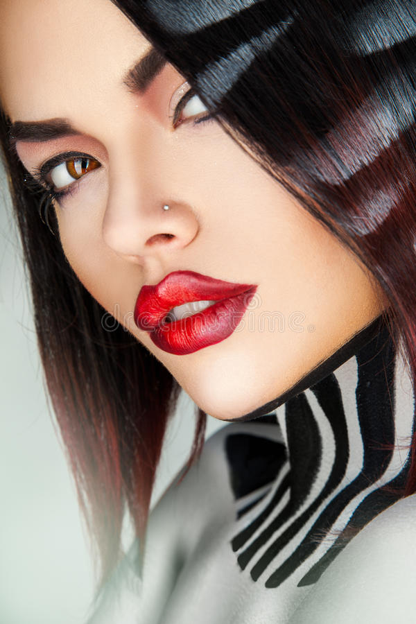 Ciérrese encima del retrato del modelo de moda atractivo en estudio fotos de archivo libres de regalías