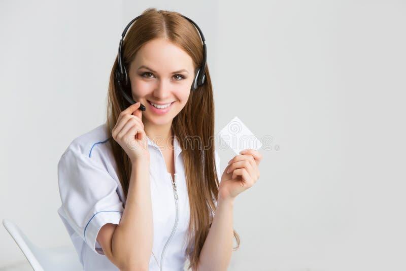 Ciérrese encima del retrato del trabajador del servicio de atención al cliente de la mujer, operador sonriente del centro de aten fotografía de archivo libre de regalías