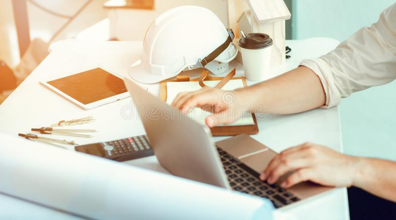 Ciérrese encima del retrato del ingeniero civil que usa el ordenador portátil a planear las RRPP imagen de archivo libre de regalías