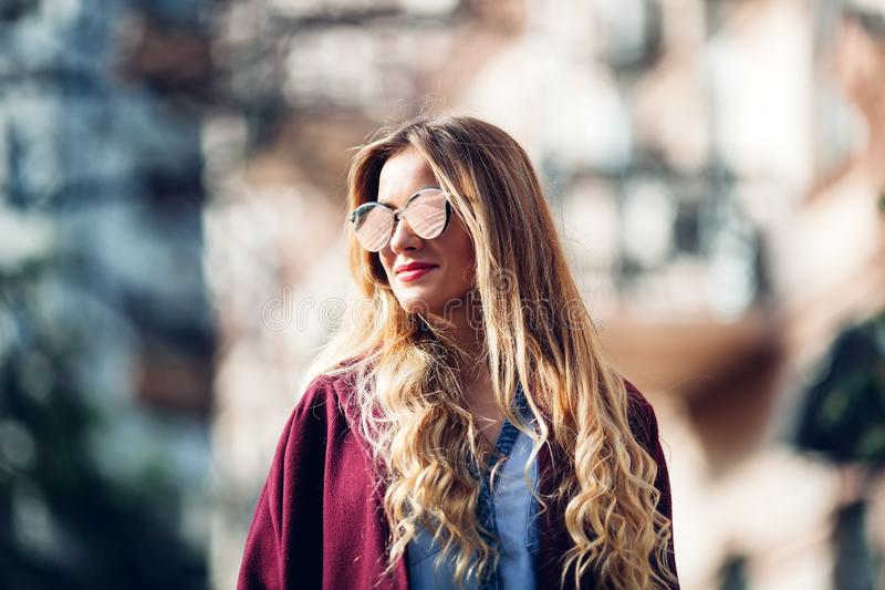 Ciérrese encima del retrato del montante de la calle de la moda de la muchacha bonita en la presentación rubia hermosa del equipo foto de archivo libre de regalías