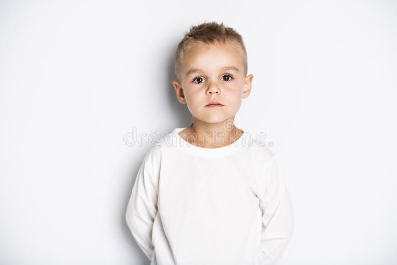 Ciérrese encima del retrato del niño pequeño lindo en fondo foto de archivo libre de regalías