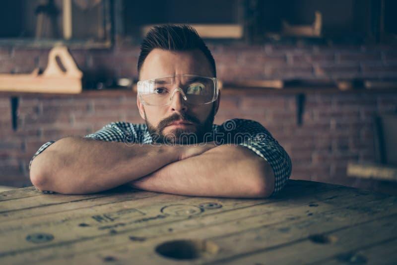Ciérrese encima del retrato del ser concentrado confiado barbudo hermoso fotos de archivo libres de regalías