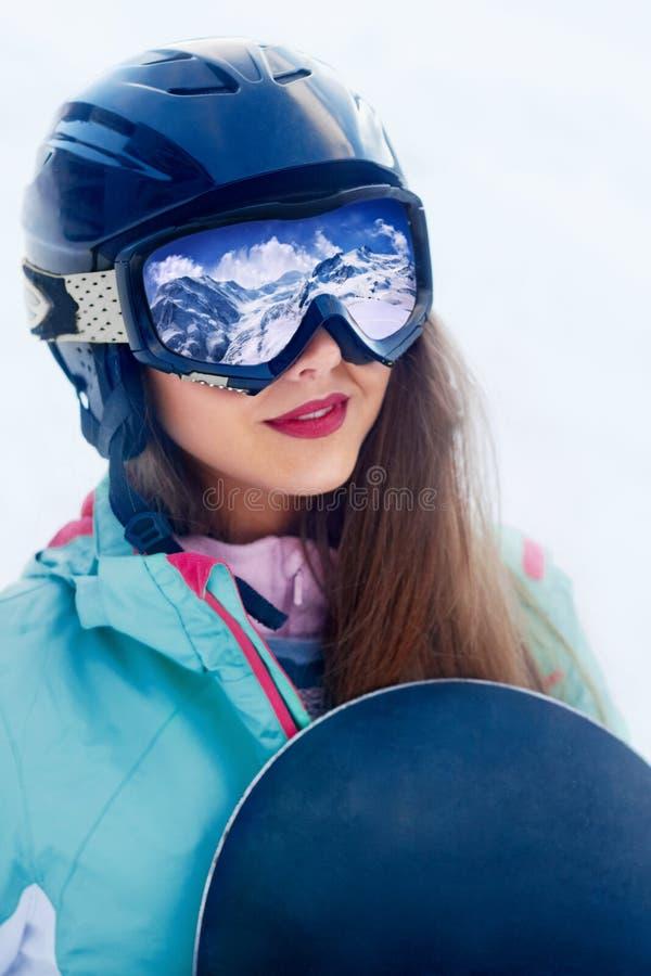 Ciérrese encima del retrato del snowboarder en montañas cárpatas, Snowboarder de Bukovel Una cordillera reflejada en la máscara d fotos de archivo libres de regalías