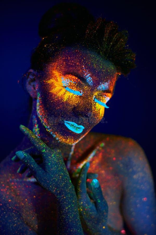 Ciérrese encima del retrato ultravioleta del arte imagenes de archivo