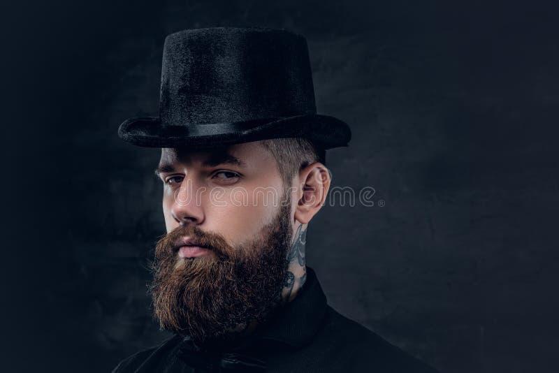 Ciérrese encima del retrato del varón barbudo con el cuello tatuado fotografía de archivo libre de regalías